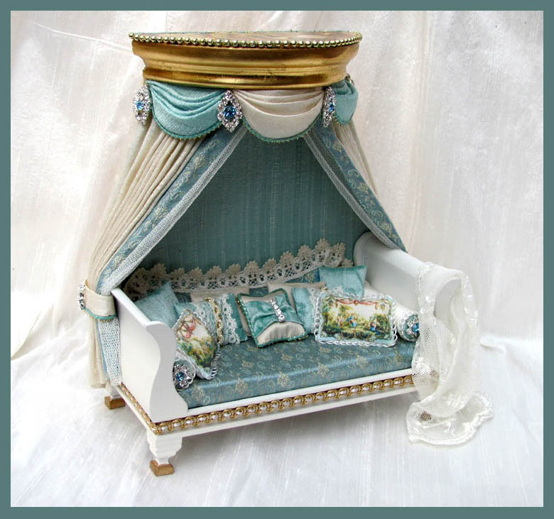 Gold Coronet Daybed